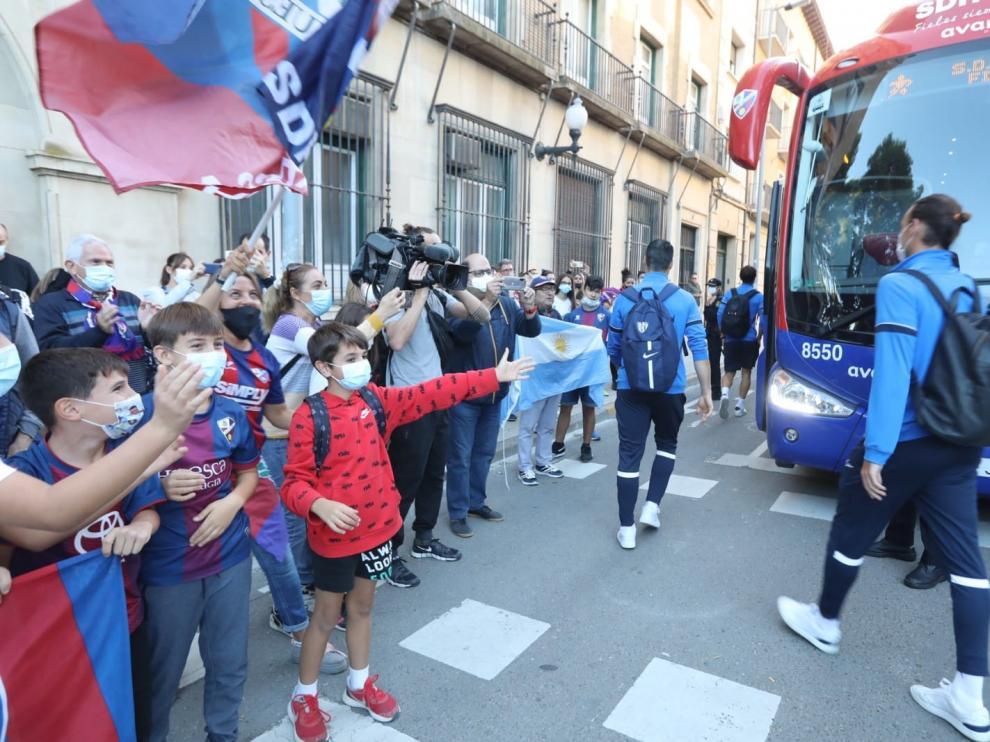 Imagen de la despedida de los aficionados a los jugadores del Huesca antes de viajar a Zaragoza.
