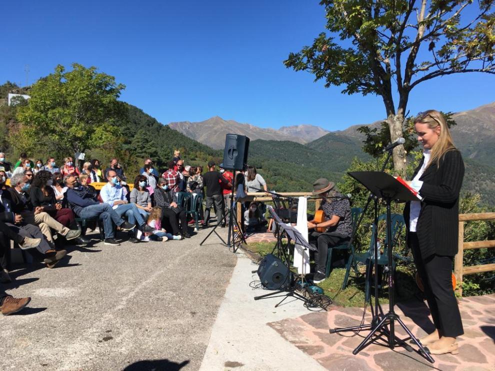 Vecinos, familiares, amigos y sanitarios acudieron al homenaje a Pau Donés en Montanuy.