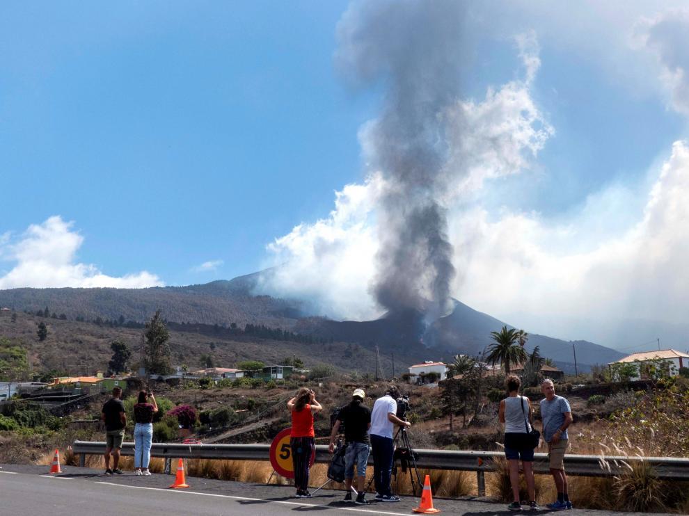 Vista de la erupción ayer desde la localidad de El Paso.
