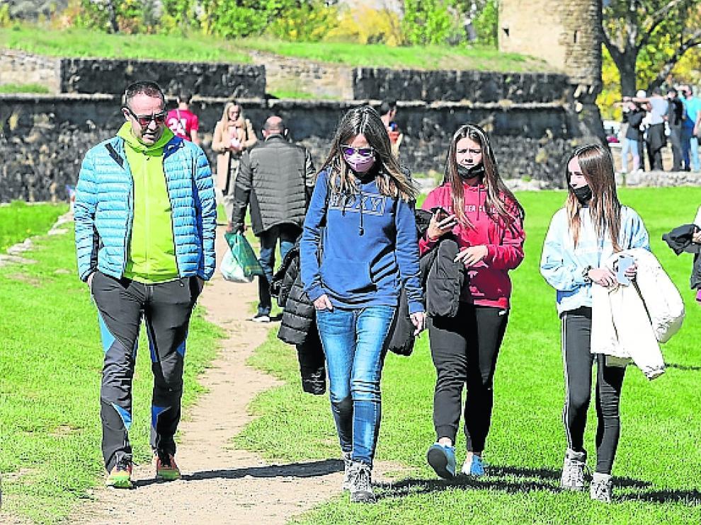 Turistas en los alrededores de la Ciudadela de Jaca este pasado fin de semana.