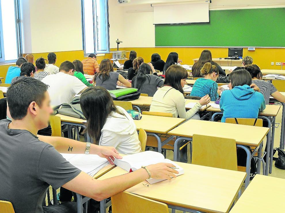Estudiantes en un aula del campus de Huesca.