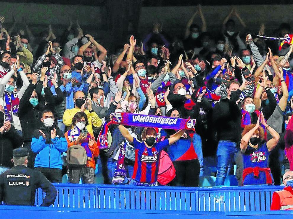 Alrededor de quinientos aficionados oscenses se dieron cita en La Romareda.