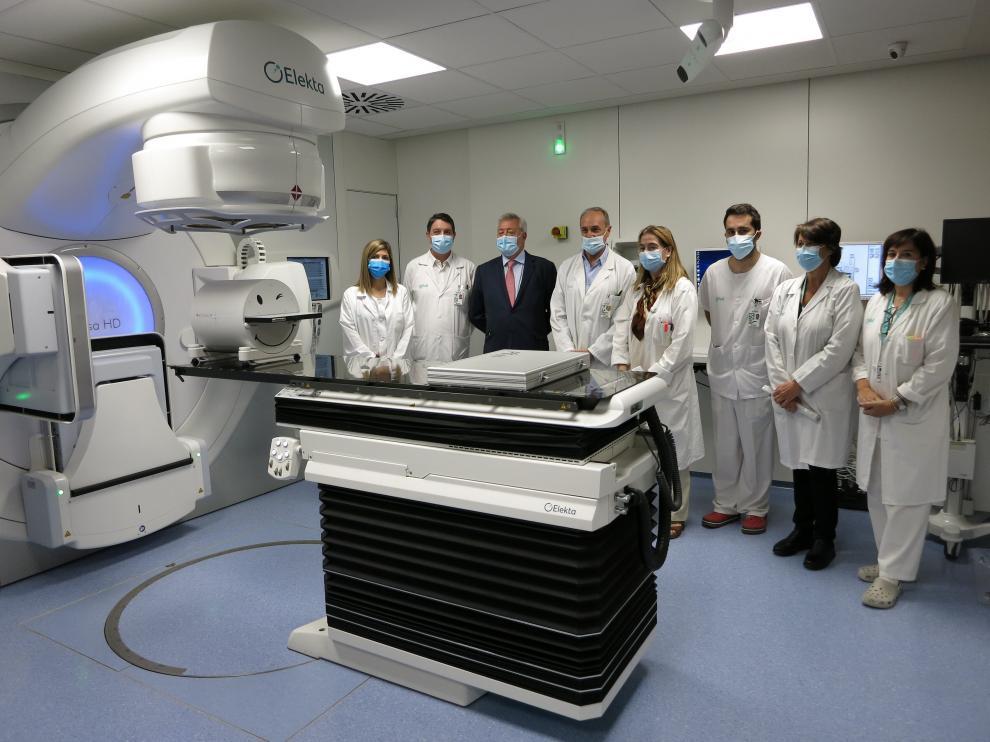 Profesionales y responsables del Hospital Miguel Servet de Zaragoza presentan el nuevo acelerador de electrones.