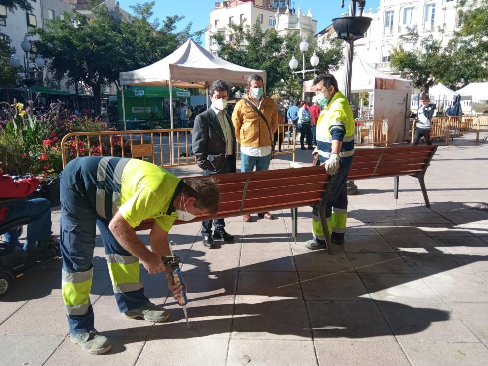 Sustitución de los bancos de Plaza de Navarra en Huesca.